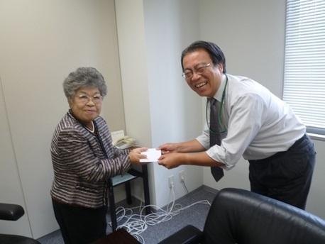 PHP仲良し友の会の黒田さんが、手作り作品のバザーでの売り上げを寄付してくださいました。