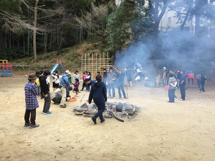 焚き木をしている間に、子どもたちと遊びます