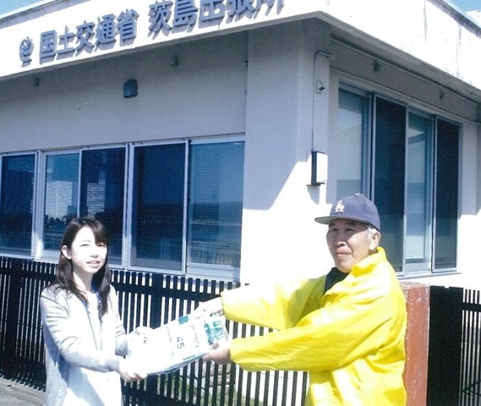 国土交通省・小川美香子さん(写真左)より、クリーン行時に使用するゴミ袋を提供いただきました。